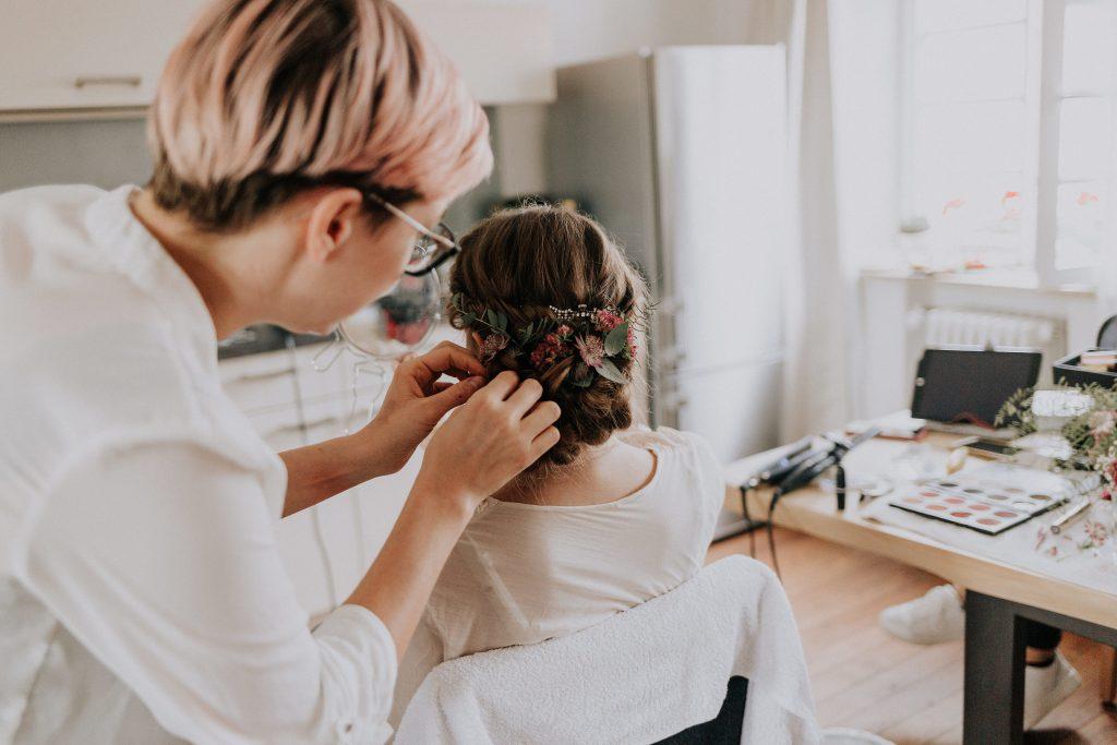 Brautfrisur mit Blumen im Haar