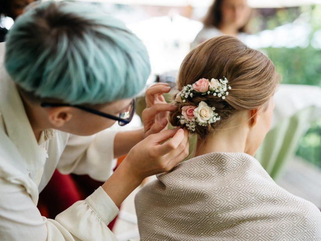 natürliches Brautstyling mit Blumen im Haar